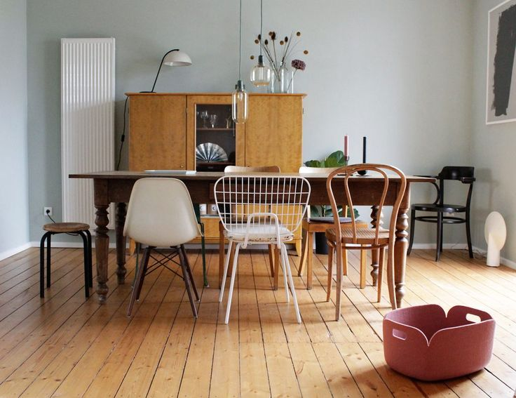 Homestory and interview with Swantje aka swantjeundfrieda by Design Bestseller // Swantje's dining table is dominated by a colorful mix of chairs. This is where the Eames Plastic Chair by Vitra meets the World Cup String Dining Chair by Menu and vintage pieces by Thonet.