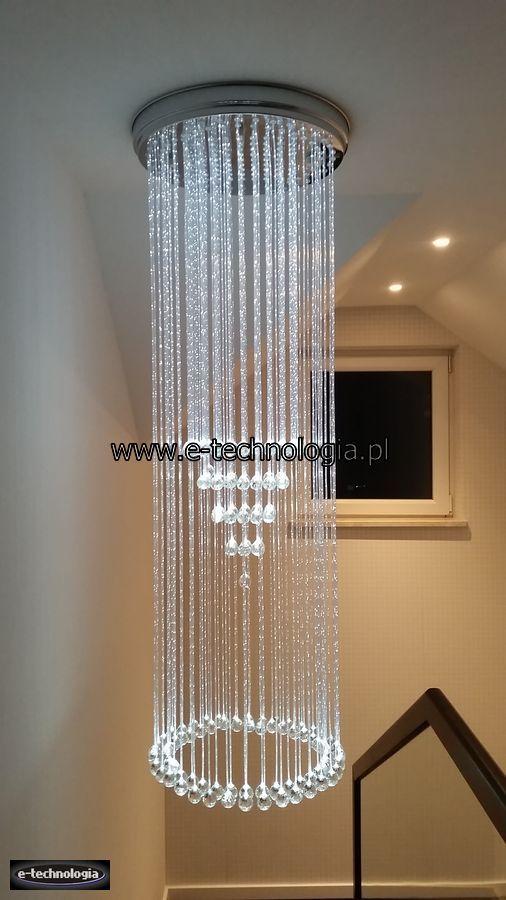 Żyrandol Światłowodowy Diament dekorujący schody w klatce schodowej, korytarzu, holu. Dekoracyjna lampa Diament zakończona kryształami to niezwykle elegancka aranżacja klatki schodowej, korytarza, czy holu. Żyrandol Kryształowy Diament jest lampą światłowodową świecącą oświetleniem dekoracyjnym. Lampa światłowodowa, żyrandol światłowodowy idealnie nadaje się do podświetlenia, oświetlenia, dekorowania schodów.