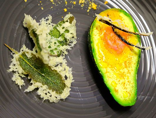 Ricette celiachia - Avocado al forno ripieno d'uovo al pepe di Sichuan, salvia in tempura alle erbette e taralli. Mondare gli avocado, quindi tagliarli a metà,