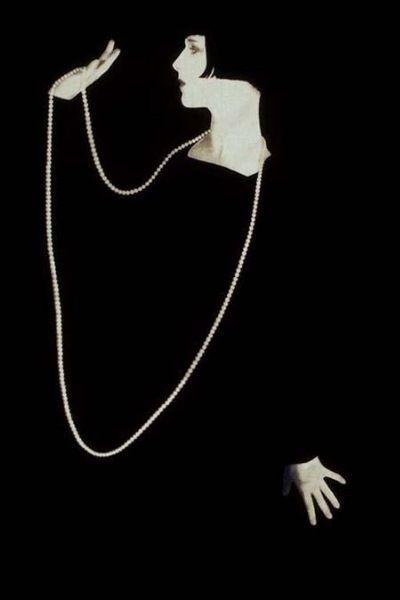 Me gusta el collar largo que hace presente lo invisible || Women in Black - Louise Brooks