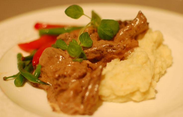 Kremet biffgryte. Med smørstekte grønnsaker og sellerirotpure.