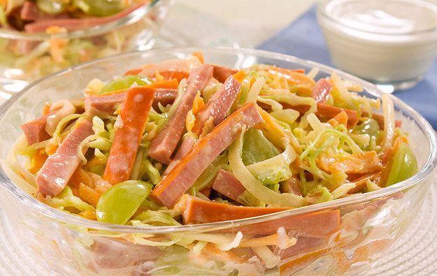 Coleslaw à moda da espanhola.   30 receitas que comprovam que a salsicha é o melhor amigo do cozinheiro preguiçoso