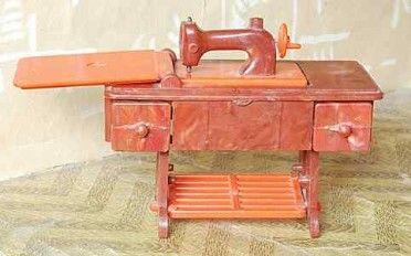 """De inklapbare naaimachine - in de jaren '50 en zelfs '60, een veel gebruikt """"meubilair"""""""