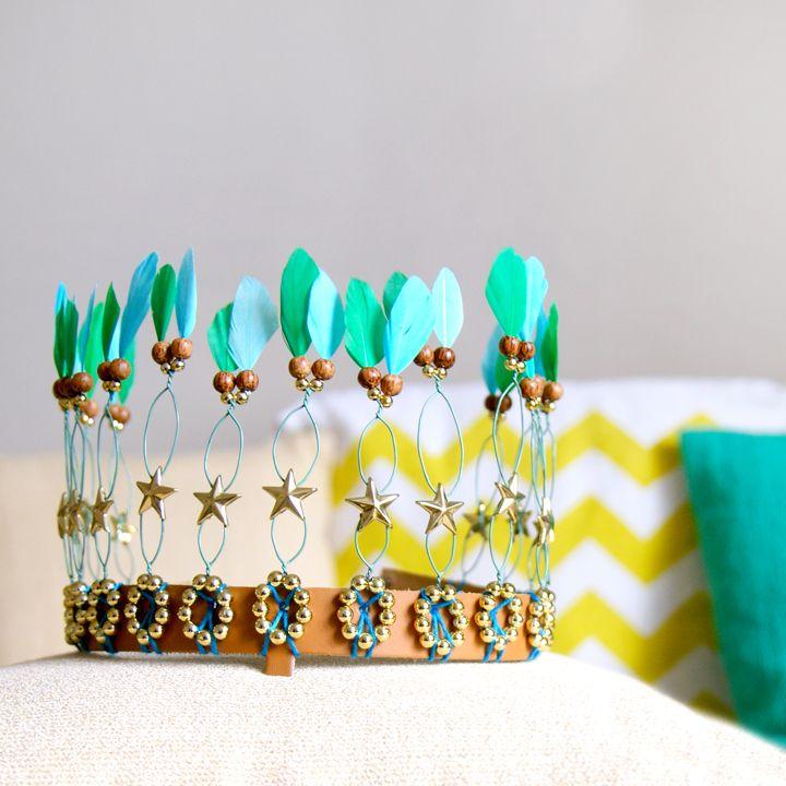 Quelques images de ma dernière folie : la création de couronnes ! Sur une base de cuir avec des plumes, des perles ...