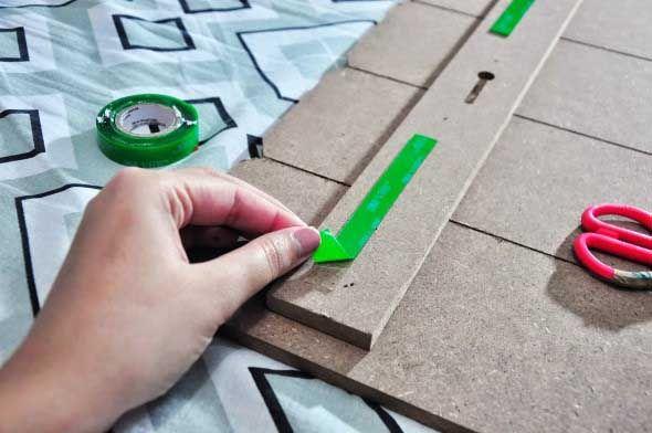 Aprenda como fixar quadros na parede sem usar pregos ou fazer buracos.  http://www.vaicomtudo.com/fixar-quadros-sem-furar-parede-de-3-maneiras-faceis.html