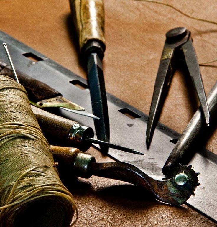 Sembrano semplici utensili da lavoro, ma grazie a mani esperte, creano dal 1865 straordinarie #borse.  #Handmade #Tramontano  http://goo.gl/4Z3GnX