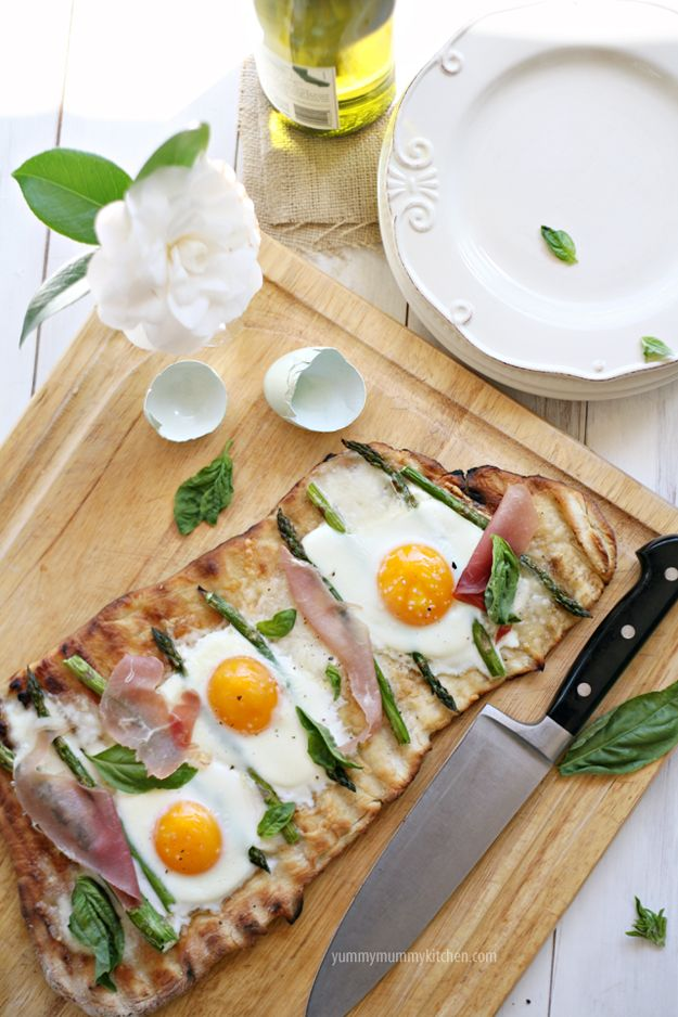 Grilled Pizza with Eggs and AsparagusBreakfast Eggs, Olive Oil, Eggs Pizza, Breakfast Pizza, Asparagus Pizza, Eggs Cups, Earth Day, Cooking Tips, Grilled Pizza