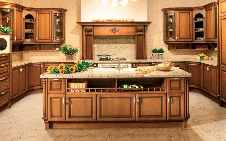 Rustikální kuchyně Loreta ve tvaru U a ostrůvkem v kaštanové dýze. Kuchyňské linky a nábytek vyrábíme jak v moderním, designovém, tak i rustikálním stylu.