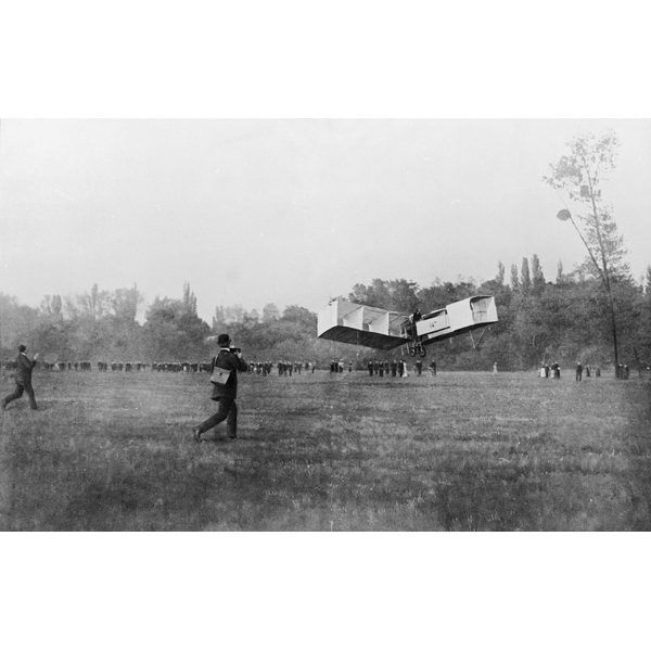O avião 14 Bis levantando voo. No começo do século 20, o inventor brasileiro Alberto Santos Dumont concluiu a construção de seu avião 14 Bis e com ele alçou voo, fazendo deste o primeiro objeto mais pesado que o ar a voar sem a ajuda de impulsos externos.