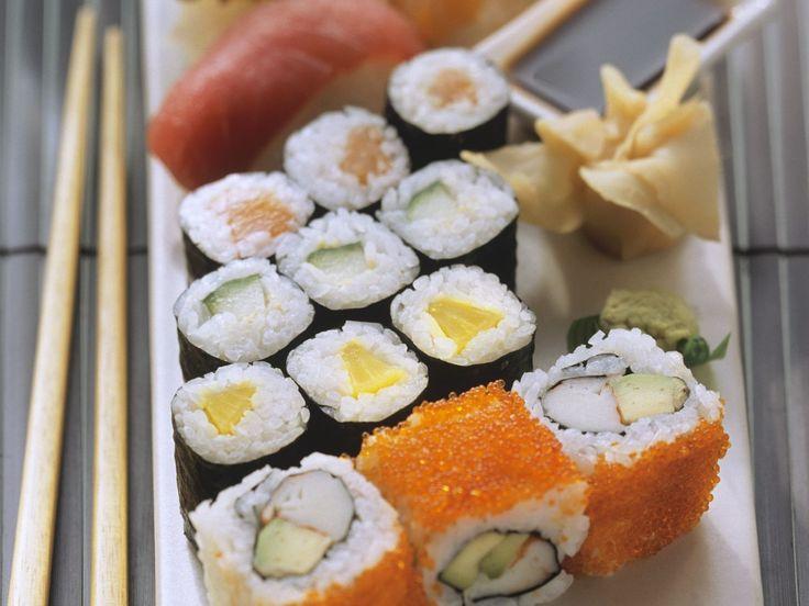 Verschiedene Sushi-Röllchen: Maki-Sushi, Ura-Maki mit Kaviar und Nigiri-Sushi selber machen.  So gehts: http://eatsmarter.de/rezepte/verschiedene-sushi-rollchen