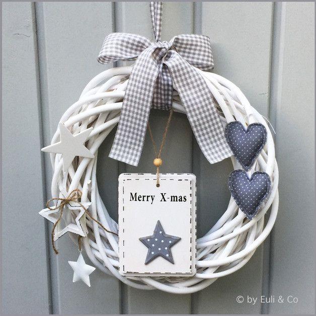 Weihnachtlicher, zauberhafter Türkranz, der in Grau und Weiß daher kommt! Der weiße Weidenkranz wurde mit einem hübschem Shabby-Schild ~ Merry X-mas ~ aus Holz, 2 handgenähten Stoffherzchen in...
