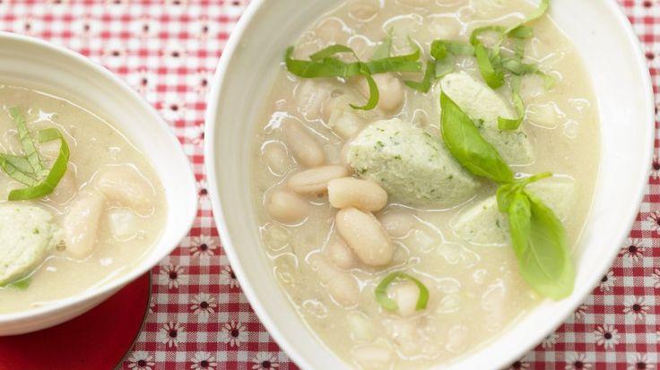 Sättigend und wärmend: Bohnensuppe mit Quarkklößchen 1 Erw. und 1 Kind (1–6 Jahre) | http://eatsmarter.de/rezepte/bohnensuppe-quarkkloesschen