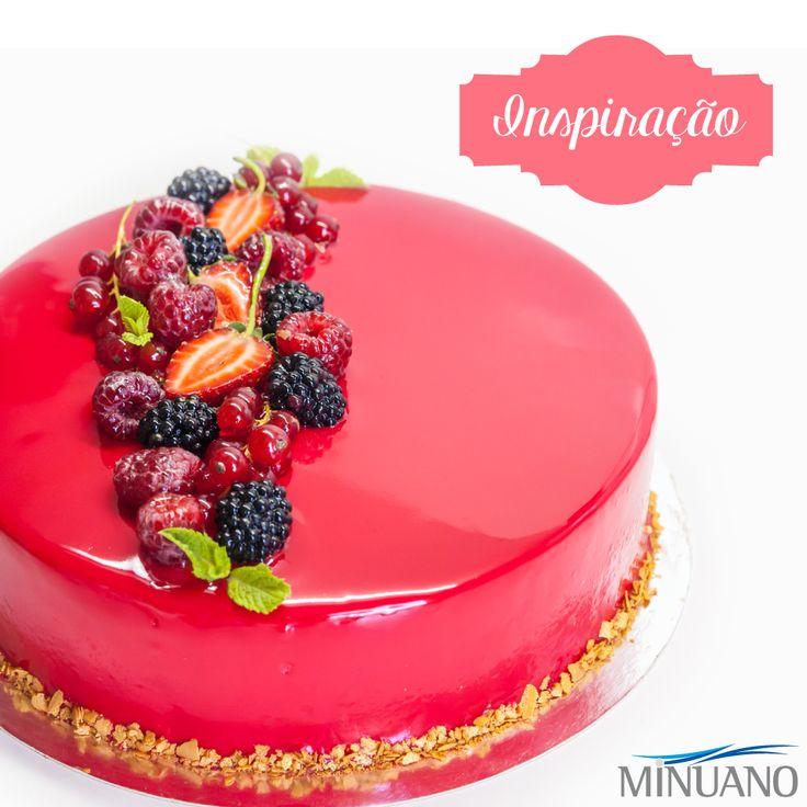 Bolo de vidro vermelho decorado com frutas vermelhas.  Glacagem | Confeitaria | Glass Cake | Bolo Espelho | Dessert | Sobremesa