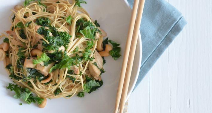 Een makkelijk en gezond recept voor noodles met boerenkool.