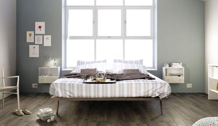 Basic slaapkamer met keramisch parket en lichte tinten.