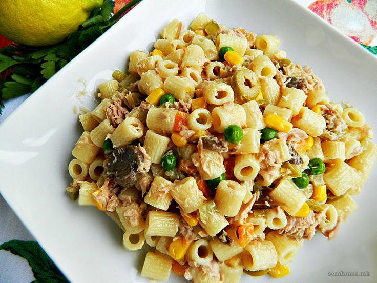 Посна салата со макарони и туна. За време на пости или куќни свечености не може да се замисли трпеза без кремаста посна салата со макрони, туна или печурки.