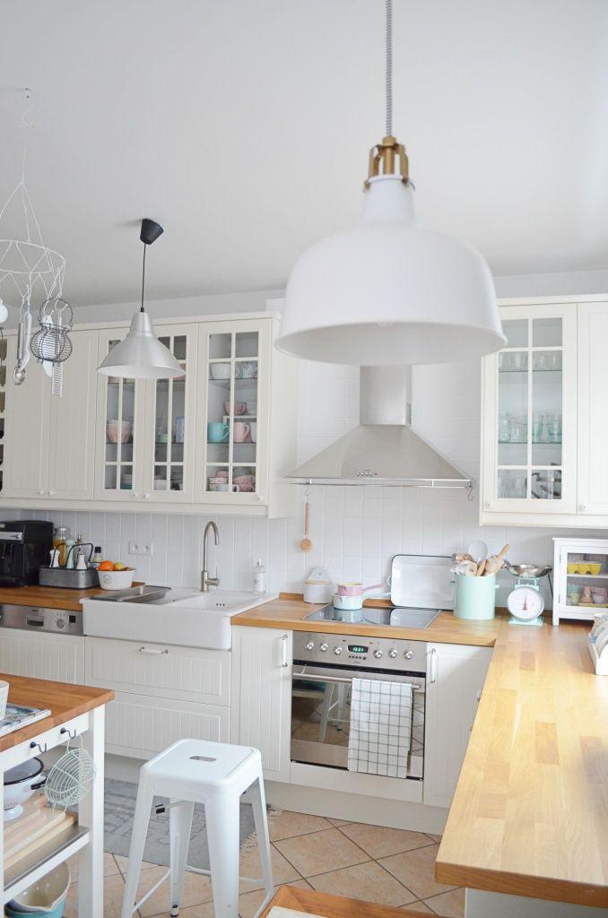 Sisters About: Biała kuchnia w towarzystwie pastelowych dodatków