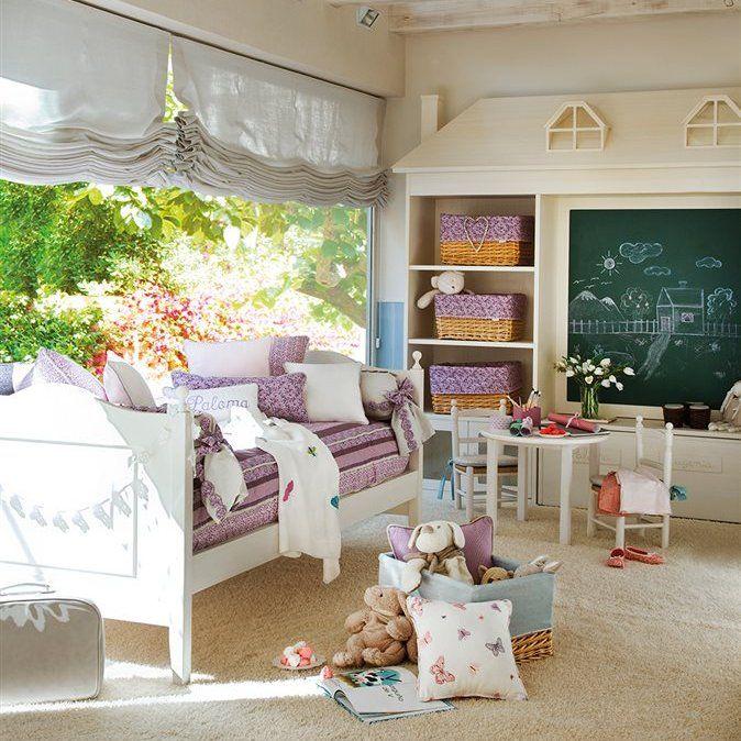 Dormitorio infantil niña con amplio ventanal y pizarra