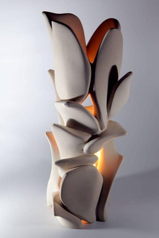 Lampada in pietra leccese interamente lavorata a mano senza l'uso di macchinari ma solo con martello e varie tipologie di scalpelli, raspe e carta vetrata. #artigianato #pietraleccese #madeinitaly #lampada #scultura