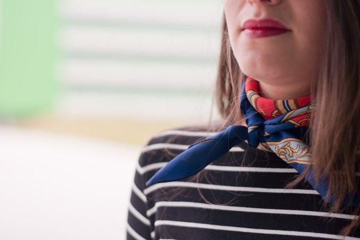 Pañuelo rojos y azul marinero vintage con camiseta navy de rayas negras y blancas
