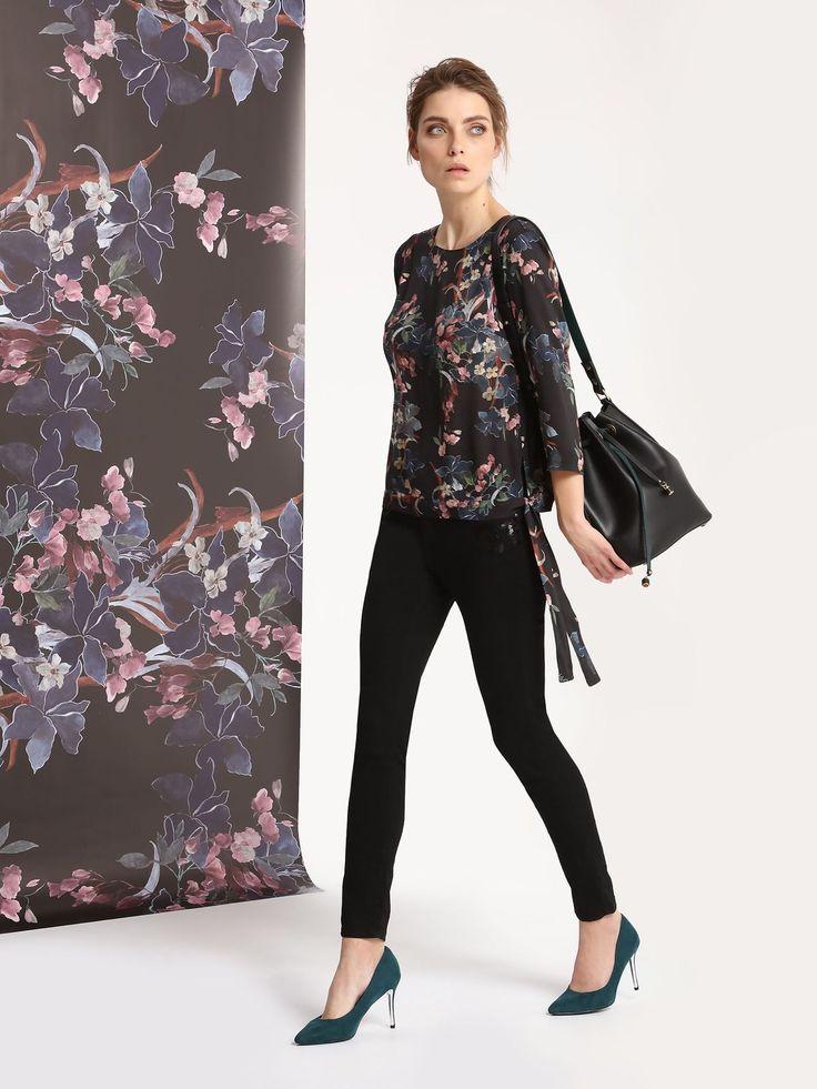 TOP SECRET Stylowa bluzka z motywem kwiatowym oraz efektownym wiązaniem u dołu.