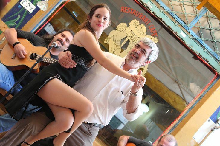アルゼンチン・タンゴ② from Buenos Aires,Argentina. ボカ地区カミニートにおけるカジュアルなパフォーマンスの魅力は高級レストランやタンゴハウスでの本格的なショーとは異なり、観客がステージに上がり、ステップを体験させてもらったり、気軽に記念撮影できたりするところだろう。