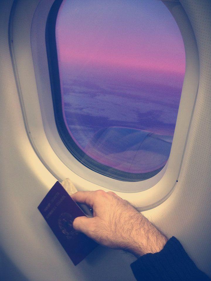 """""""Looking for freedom…""""scrive Roberto Saviano su Facebook pubblicando una foto che sembra lasciare pochi dubbi: un finestrino d'aereo, http://tuttacronaca.wordpress.com/2013/12/03/saviano-lascia-litalia-looking-for-freedom/"""