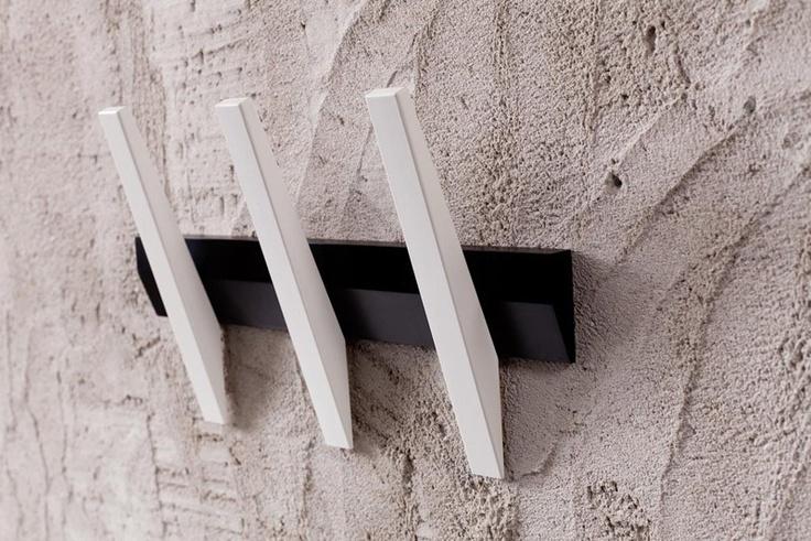 Metro Knagerække - Knagerække i sort og hvid med tre knager. Enkelt og lækkert design med funktionelle knager, der sørger for at tøjet ikke glider ned. : HG00224