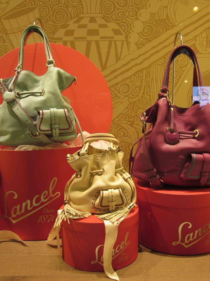 uitstalling van een aantal tassen. Sterk Punt: Alle tassen zijn bij elkaar dus mensen weten dat ze een ruime keus hebben.