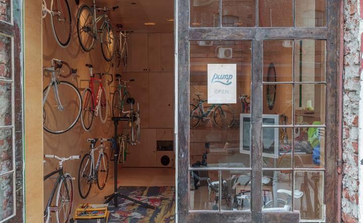 Visual Merchandising Tienda Bomba es un concepto de tienda para los aficionados al velo, un espacio con la actitud que combina el diseño y la pasión con una pizca de responsabilidad ecológica escandinava. Es una tienda exclusivista que vend...e las mejores marcas internacionales, ya sea vintage, diseño o rendimiento. También es un espacio donde se puede imaginar y comprar su propia bicicleta personalizada, a partir de las mejores piezas de la calidad. Es una tienda de bicicletas-couture.