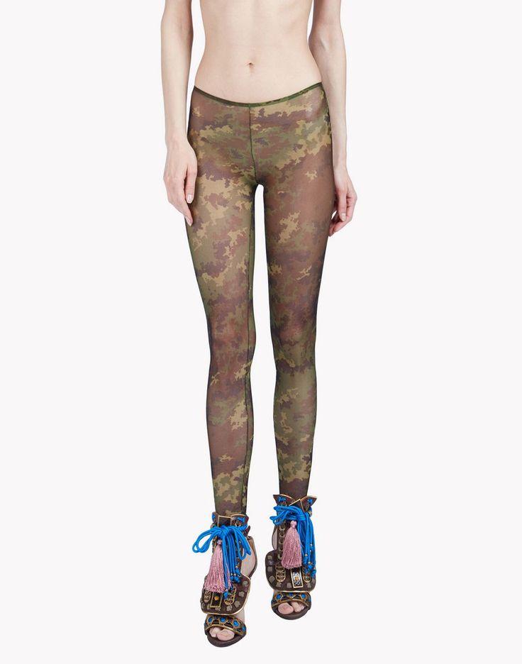 Камуфляжные леггинсы и боди-комбинезоны в коллекции Dsquared2 Осень-Зима 2016-2017 выполняют роль яркого фона, на котором дизайнерская верхняя одежда лучше выделяется.