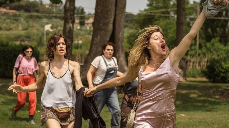 """Beatrice şi Donatella au două lucruri în comun: amândouă sunt internate la Villa Biondi, un sanatoriu de psihiatrie din Toscana, şi amândouă au ajuns aici din cauza unui bărbat. Fiecare dintre protagonistele filmului """"Nebune de fericire"""" îşi manifestă tulburările comportamentale diferit: Beatrice este foarte expansivă, foarte vorbăreaţă şi foarte vivace, iar Donatella este exact opusul …"""