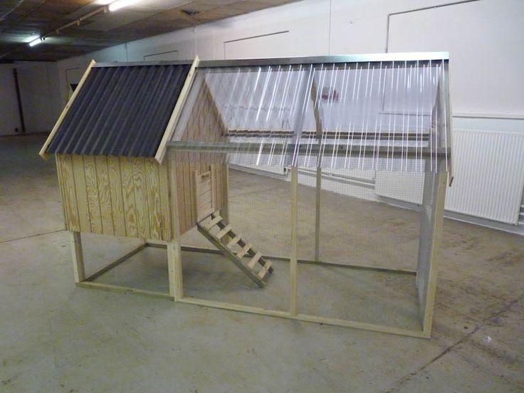 Med Hønsehus Model 5 er dine høns altid beskyttet fra vind og vejr fra oven. Hønsegården er nemlig overdækket med klar PVC tag, så hønsene kan gå i tørvejr.  Alle Wood Nordic hønsehuse leveres personligt og samles på din adresse. Leveringstiden er op til 14 dage.