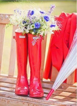red wedding rain boots | Rainy wedding | Stivali da pioggia per sposa rossi | Sposa bagnata...sposa fortunata! http://theproposalwedding.blogspot.it/ #rain #rainy #wedding #fall #autumn #umbrella #autunno #pioggia #matrimonio #ombrello #stivali #boots