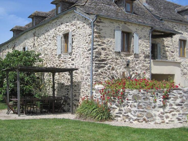 Grande maison de charme en Aveyron avec piscine, 12240 PRADINAS (Aveyron) Idéale pour 8 à 10 personnes, famille nombreuses ou vacances entre amis Gîte : 10 personnes Que vous soyez 4, 6, 8 ou 10 personnes, vous serez confortablement installés dans cette ancienne maison aveyronnaise.  Parfaitement adapté aux vacances entre amis ou en famille, ce gîte confortable et entièrement rénové vous permet de profiter de vos vacances en toute tranquillité.  Chez nous, les lits sont faits à votre…