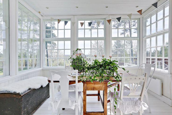 Glasverandan är en dröm från svunnen tid som passar perfekt som en trevlig matsal. Gamla Björboholmsvägen 18. Bjurfors.se