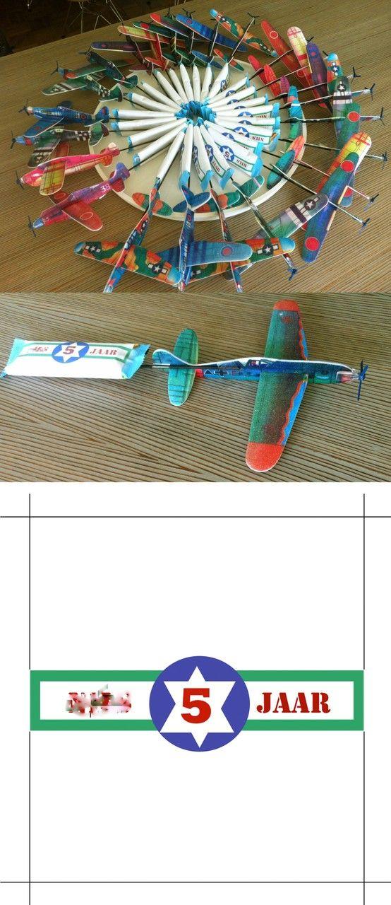 Leuk idee voor vliegtuig traktatie Onderste afbeelding = printblad voor wikkel om koekje/peperkoek/etc/