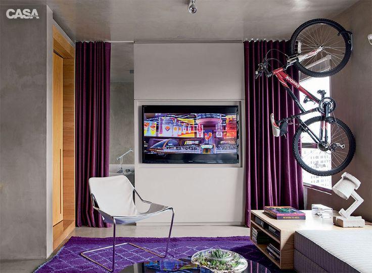 """""""Aqui, a marcenaria laqueada de cinza (3,20 x 2,40 m) esconde toda a fação e tem um rebaixo de 5 cm de profundidade, que emoldura a TV"""", projeto assinado pelo arquiteto Diego Revollo, www.diegorevollo.com.br"""