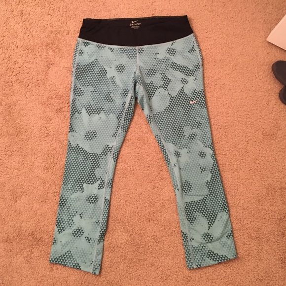 Nike Running Pant Patterned Nike running pant. Really soft material and worn less than 5 times. Capri length with pocket in the back. Nike Pants Track Pants & Joggers