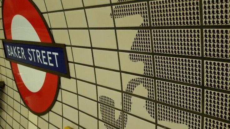 In metropolitana ecco spuntare la pipa e il cappellino di Sherlock Holmes