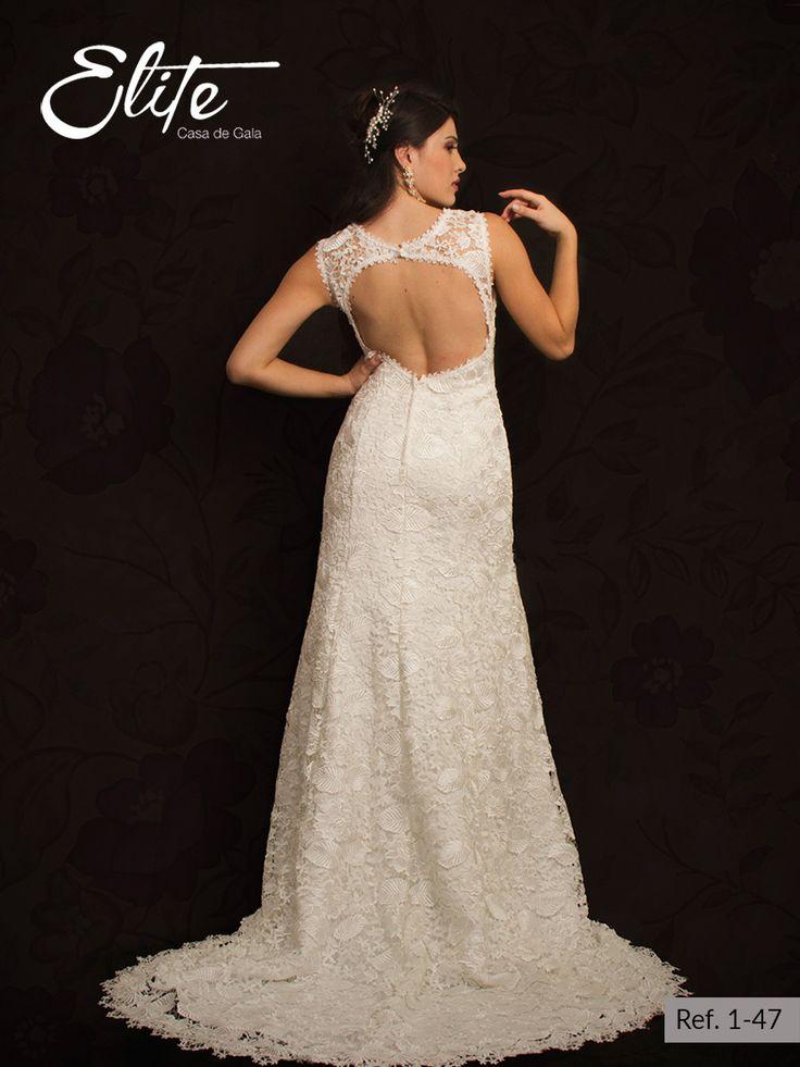 Vestido de novia beige tipo sirena con escote en V, todo el vestido es en encaje y tiene un hermoso y profundo escote en la espalda el cual te hará lucir un toque mas sensual.