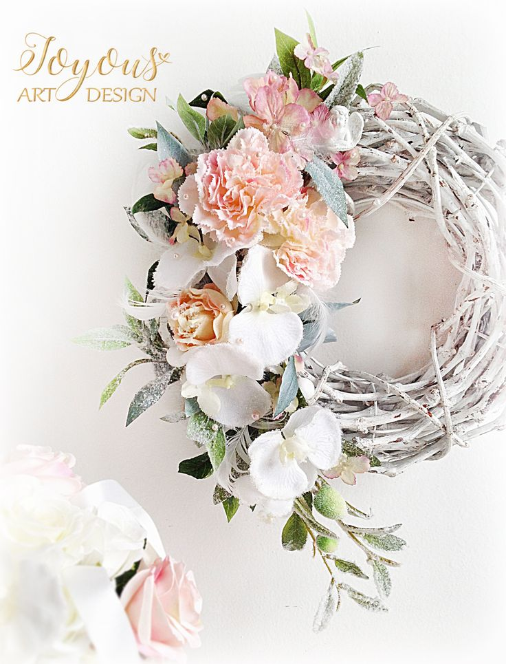 Luxusní+velký+květinový+věnec+Luxusní+velký+květinový+věnec+v+romantických+odstínech+bílé+a+odstínů+růžové+barvy+o+průměru+cca+35+cm+nádherně+rozzáří+každý+domov+jak+v+zimě,+tak+i+na+jaře.+Kombinace+jemně+zasněžených+zelených+odstínů+větviček+vavřínu+a+cesmínyna+mohutném+korpusu+z+liany+ve+spojení+s+jemnými+květy+třpitivé+orchideje,+růže,...
