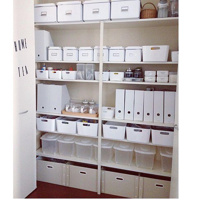女性で、3LDK、家族住まいの無印良品/ニトリ/無印/セリア/IKEA/整理収納部…などについてのインテリア実例を紹介。「前回の途中経過にものすごくたくさんのいいねをいただきまして、ありがとうございます。一番下のボックスを白に変えて、とりあえず完成です。一番上はIKEAのボックスにキッチン用品のストック。二段目は無印のファイルボックスに洗剤、IKEAのボックスに割り箸など細かく分けて、三段目はセリアのIKEAそっくりのケースに調味料など。ダイソーの粘土ケースに家族それぞれの薬。4段目は無印のファイルボックスに背の高い調味料ボトルを、IKEAのファイルボックスにはレシピなど。5段目は食品ストック。6段目はニトリの可動式米びつにキレイに洗って乾かした資源ごみを種類別に。一番下は紙ごみやトレイなどを分けて入れています。」(この写真は 2014-06-06 16:19:47 に共有されました)