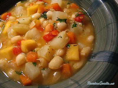 Aprende a preparar sopa de frijoles blancos con esta rica y fácil receta. Cocer los frijoles en agua caliente. Sofreír la costilla en una olla. Al ablandar los...