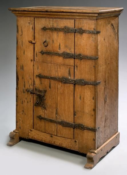 MONASTIC SMALL CABINET Oak and wrought iron H: 125.5 cm - W: 85.5 cm - D: 46 cm, Germany - One end of the fourteenth century