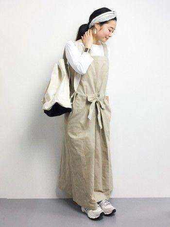 Steven alan(スティーブンアラン)のエプロンドレスは、Aラインのシルエットがナチュラルな女性らしさを演出してくれます。白の薄手のカットソーやスニーカーと合わせてナチュラルに。