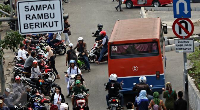 Pengendara sepeda motor melawan arah di kawasan Pasar Minggu, Jakarta Selatan, (9/11/2015). Selain membahayakan keselamatan, perilaku buruk pengendara tersebut juga menjadi salah satu penyebab kemacetan. (Liputan6.com/Immanuel Antonius)