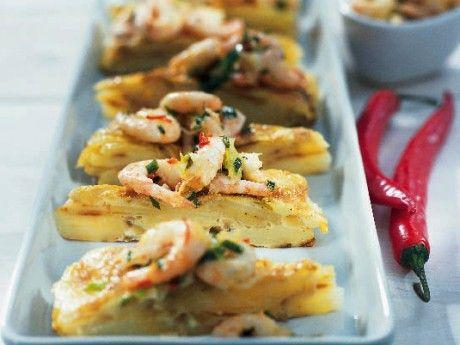 Spansk tortilla eller potatisomelett räcker till 10 personer om den serveras som förrätt i smala snibbar eller på buffébordet. Serveras den som lunchrätt räcker den till 4 personer. Använd gärna en fast potatissort.
