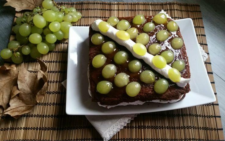 Mattonella con uva meringhe e panna montata