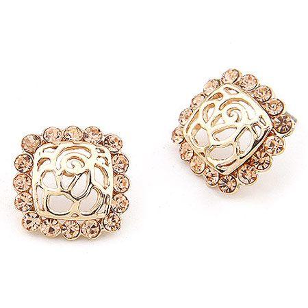 Aros dorados, forma de rosa y cristales color rosado suave. $4.500
